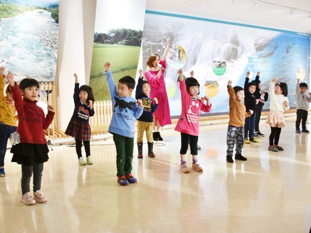 Tomomiさんと若栗保育所の子供たちによる特別ライブ
