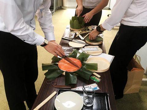 ます寿司を切り分ける